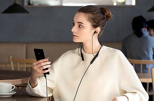 【プライスダウン】高音質なUSB接続と自由なBluetooth接続の2-Wayスタイルで楽しめるネックバンドイヤホン『SBH90C』が値下がりへ